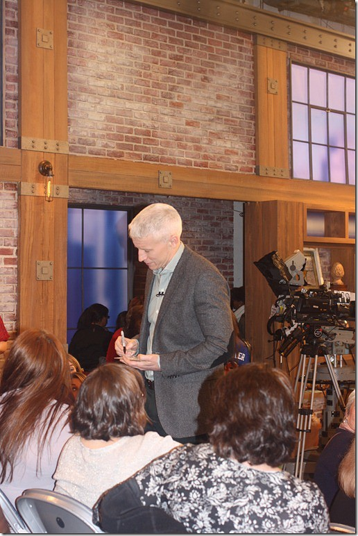 anderson-cooper-signing-autographs